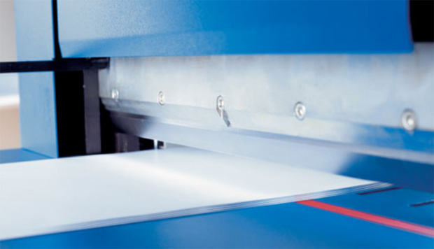 Ground Solingen steel blade cuts up to 700 sheets of paper.
